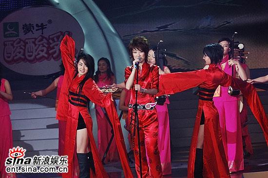 图文:2006超级女声总决赛--红衣美女载歌载舞