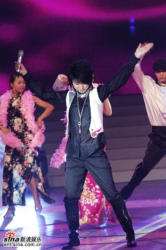 图文:超女总决赛尚雯婕表演音乐剧--热情飞扬
