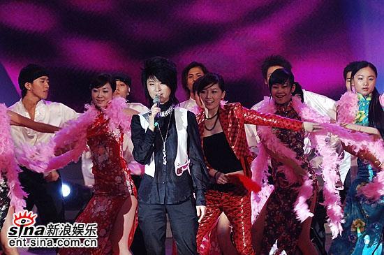 图文:超女总决赛尚雯婕表演音乐剧--唐笑伴左右
