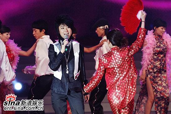 图文:超女总决赛尚雯婕表演音乐剧--红衣妩媚女