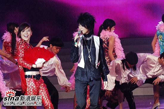 图文:超女总决赛尚雯婕表演音乐剧--唐笑很风骚