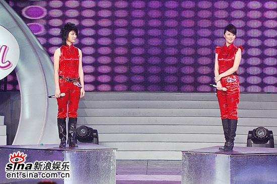 图文:谭维维尚雯婕最终PK--两人站在升降台上