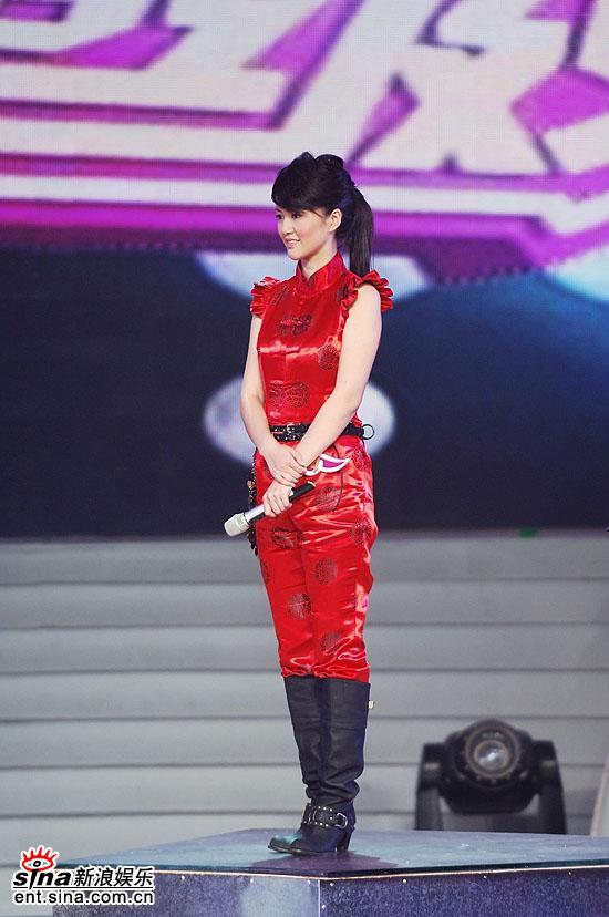 图文:谭维维尚雯婕最终PK--谭维维站在升降台上