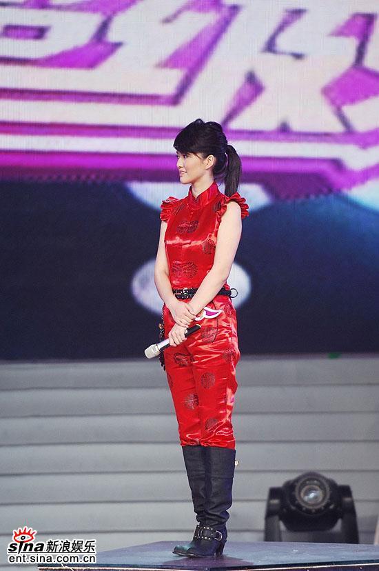 图文:谭维维尚雯婕最终PK--身材高挑的谭维维