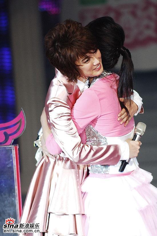 图文:2006超级女声总决赛--刘力扬拥抱谭维维