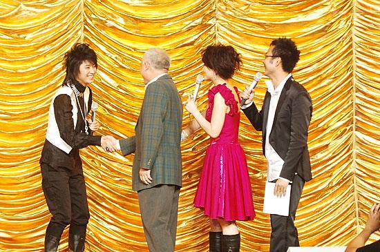 图文:2006超级女声总决赛-尚雯婕看见老师激动