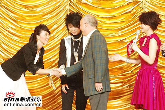 图文:2006超级女声总决赛-谭维维礼貌握老师手