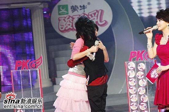 图文:2006超级女声总决赛--谭维维拥抱尚雯婕