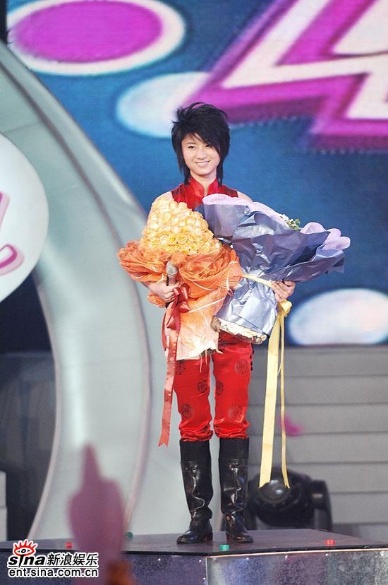 图文:06超女总决赛--尚雯婕开心获得年度冠军