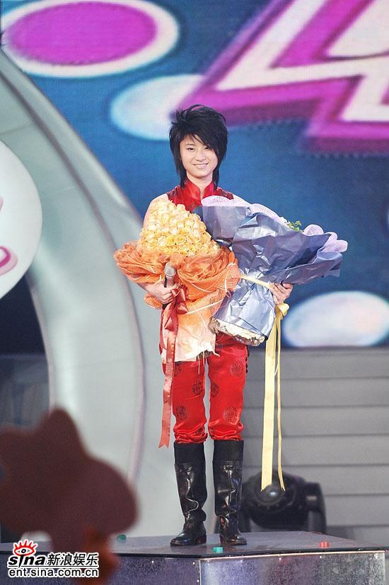 图文:06超女总决赛--年度冠军尚雯婕手捧鲜花