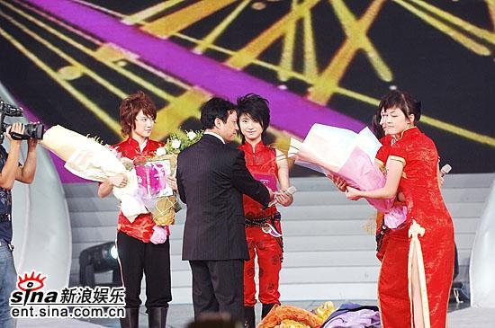 图文:06超女总决赛--季军刘力扬和冠军尚雯婕