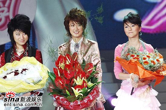 图文:2006超女总决赛--三强在鲜花中绽放