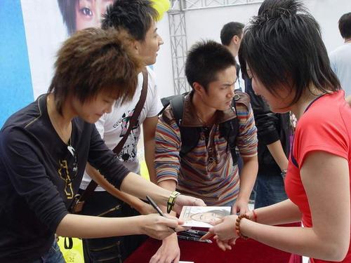 组图:李宇春新碟签售歌迷沸腾歌手身份受肯定