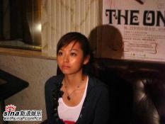 组图:张靓颖专辑生日签售凉粉北美赶来献唱片