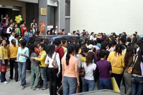 组图:李宇春济南签售71岁老玉米排长队等签名
