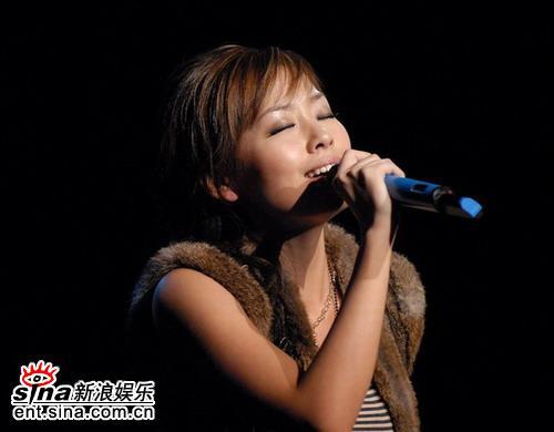 图文:张靓颖首唱会完美呈现--深情演唱