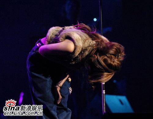 图文:张靓颖首唱会完美呈现--深深鞠躬