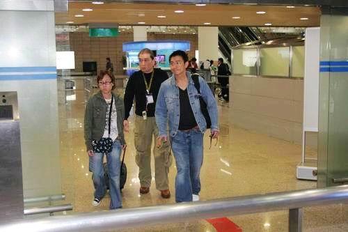 组图:刘德华秘降上海蓝色活力牛仔装青春无限