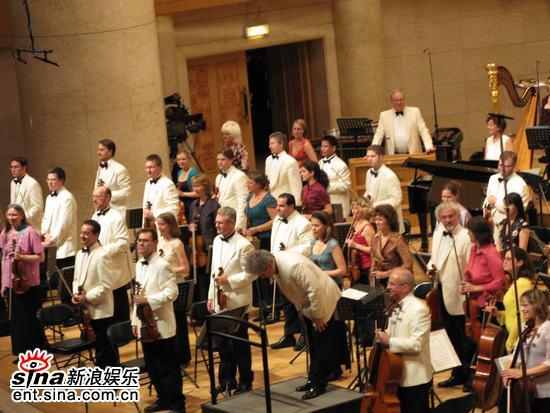 图文:王健牵手BBC交响乐团演出-起立回礼