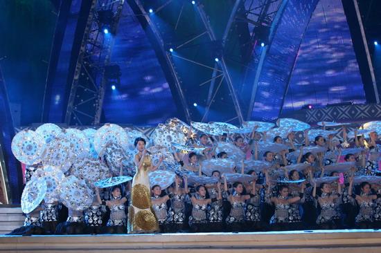 图文:南宁民歌节盛大开幕--汤灿《爱的月光》