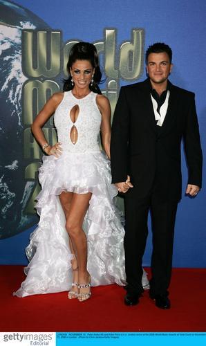 图文:2006世界音乐奖红地毯--乔丹秀巨乳(16)