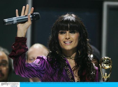 图文:06世界音乐奖现场--奈莉向在座观众致意