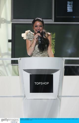 图文:06世界音乐奖现场--琳赛-罗翰甜美任主持