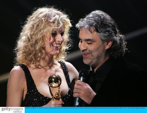 图文:音乐奖现场--盲人歌手波切利获两项奖(2)