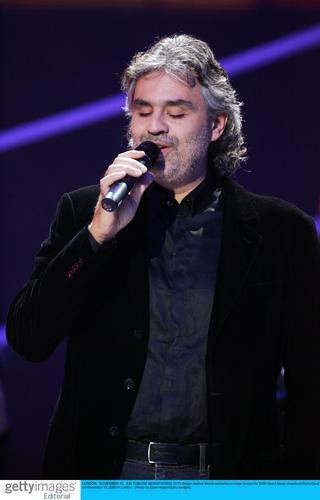 图文:音乐奖现场--盲人歌手波切利获两项奖(5)