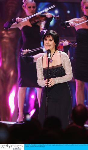 图文:06世界音乐奖现场--女歌手Enya现场演唱