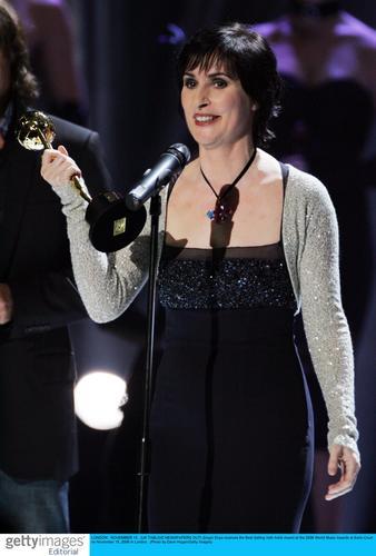 图文:音乐奖现场--Enya获最畅销爱尔兰艺人奖