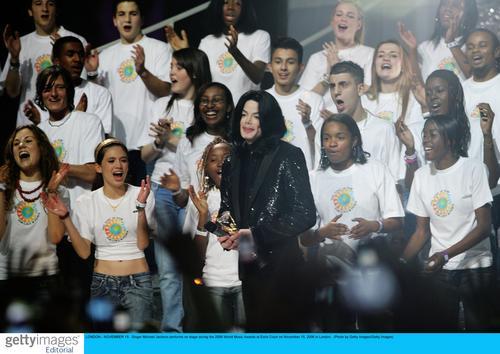 图文:音乐奖现场--杰克逊献唱再现巨星风采(1)