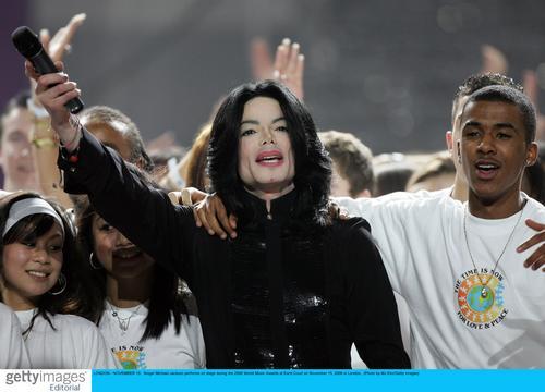 图文:音乐奖现场--杰克逊献唱再现巨星风采(14)