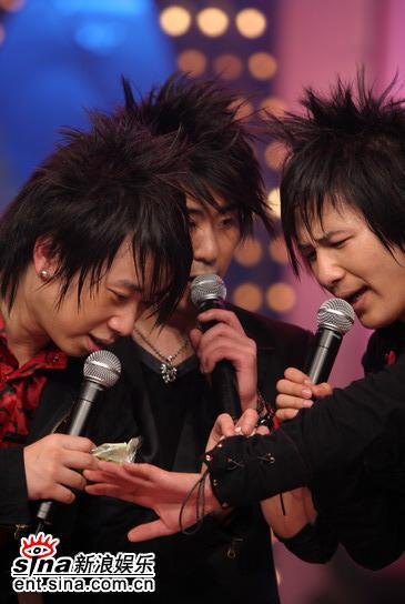 图文:新浪歌会花儿乐队专场--三人发型一致