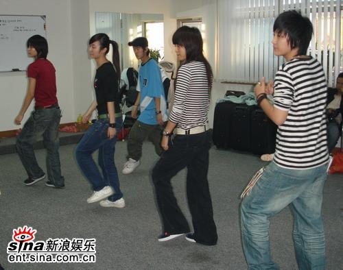 """超女""""四人组合""""广州巡演排练卖力练舞(组图)"""