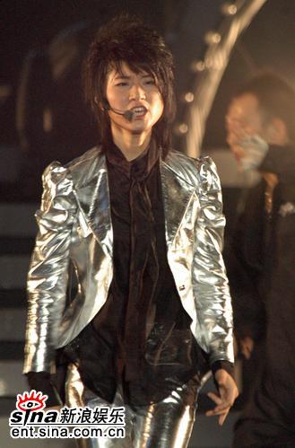 图文:超女广州巡演--尚雯婕换上银装