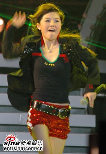 图文:超女广州巡演--唐笑劲歌热舞