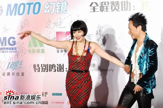 图文:钟丽缇身着低胸连衣裙与陈志朋风骚起舞