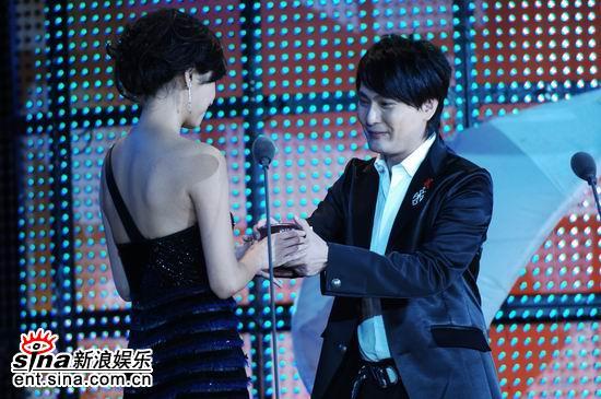 图文:才女徐静蕾晚装出场获颁最具风格人物(2)