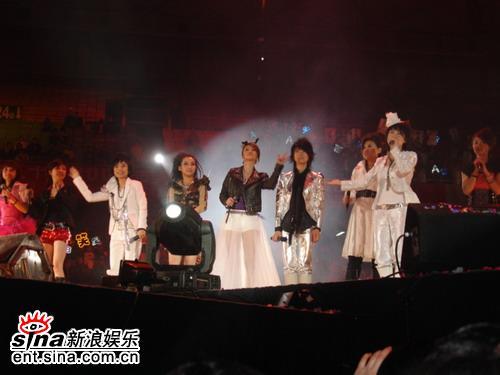 图文:超女南京巡演火爆落幕--全体同台演唱