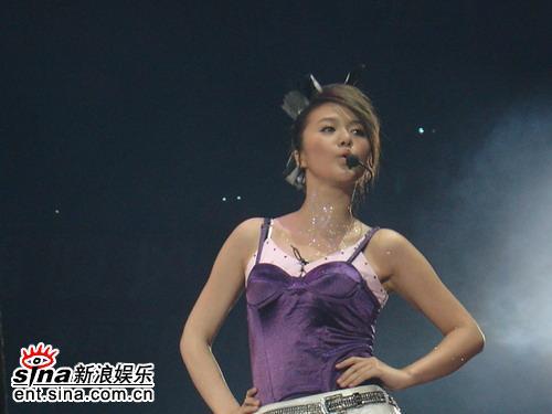 图文:超女南京巡演火爆落幕--谭维维显性感