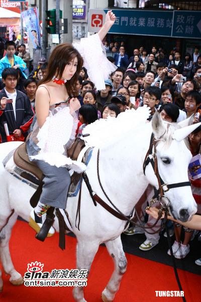 组图:张芯瑜新专辑热卖签唱会骑白马浪漫出场