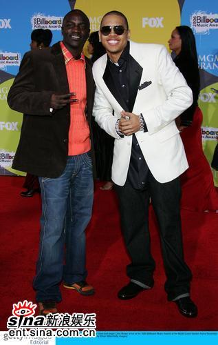 图文:公告牌音乐奖红毯-克里斯布朗与Akon(2)