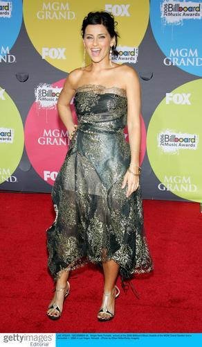 图文:06公告牌音乐奖--歌手奈莉亮相红地毯