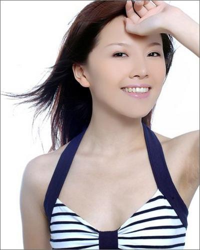 组图:超女唐笑清凉写真曝光小秀乳沟释放性感
