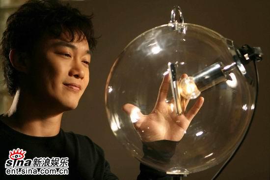 组图:陈奕迅银幕献声 拍《爱情呼叫转移》mv