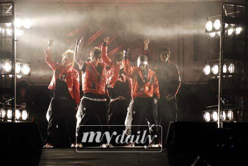 组图:BigBang举行首场个唱女装扮SES爆笑全场