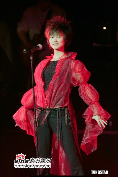 组图:李宇春香港红薄纱披身再现张国荣《红》