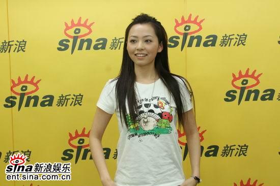 图文:电影之歌演唱会嘉宾聊天--张靓颖秀卡通T恤