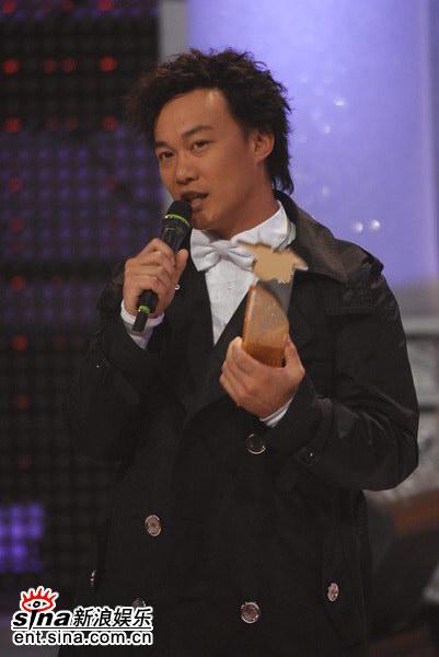 图文:陈奕迅获得第二首劲歌金曲奖-上台领奖